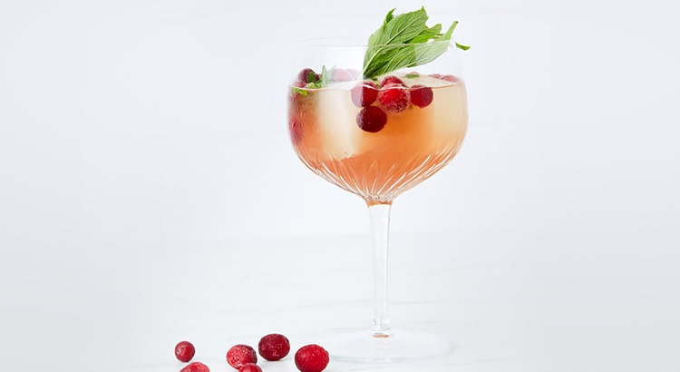 Pink gin spritz with berries